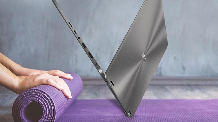 Opengeklapte Asus ZenBook op een yogamat.