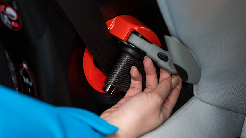 Gordel autostoeltje aandraaien