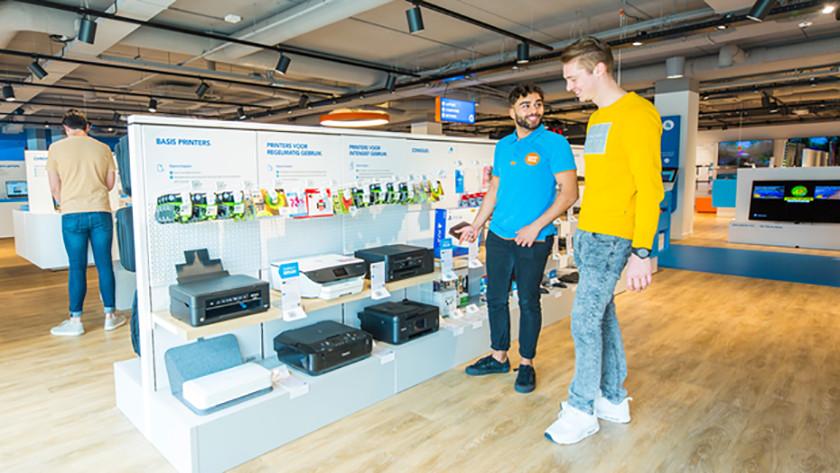 Man bekijkt printer in coolblue winkel