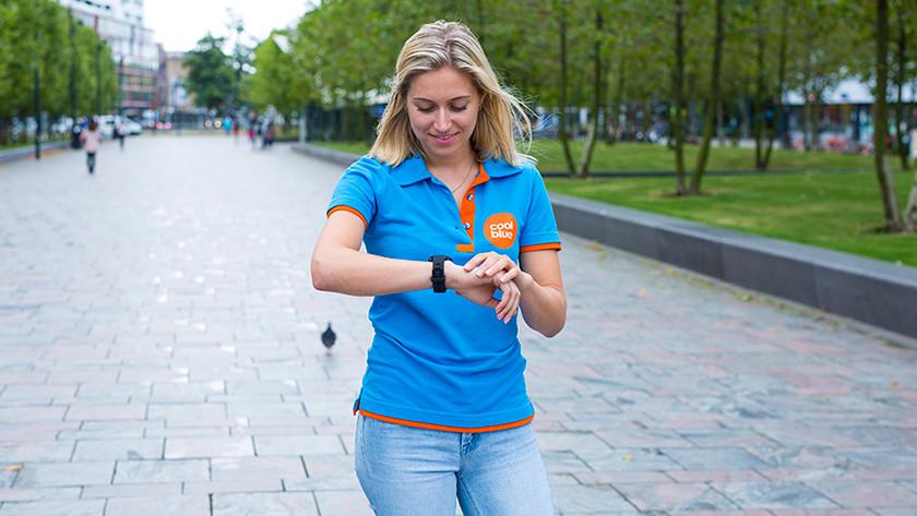 Coolblue medewerker met smartwatch