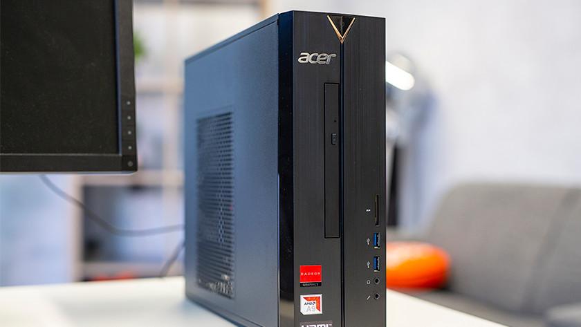 Een Acer desktop in een woonkamer.