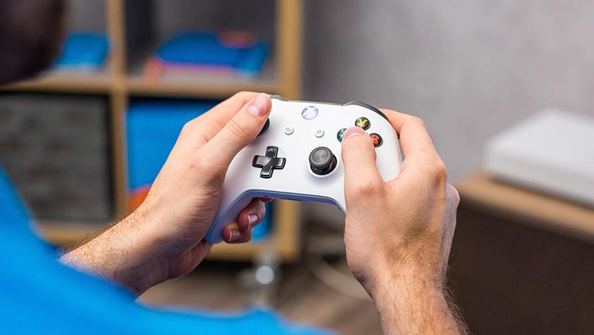 Gamen met Xbox One controller.