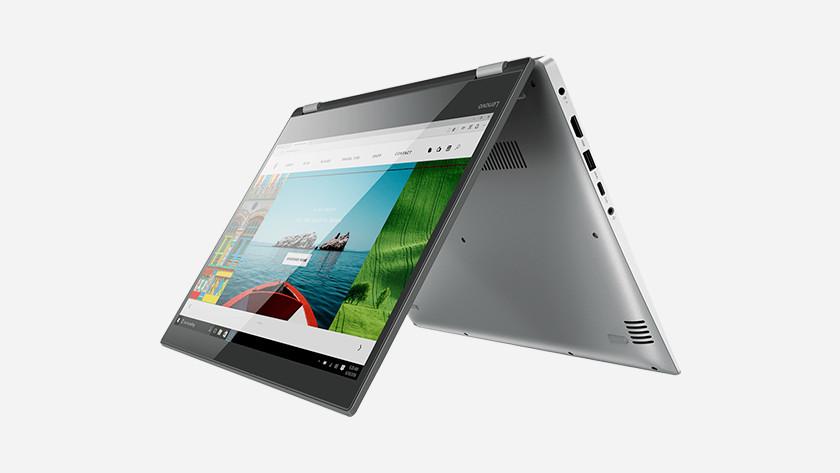 Een laptop in tentstand.