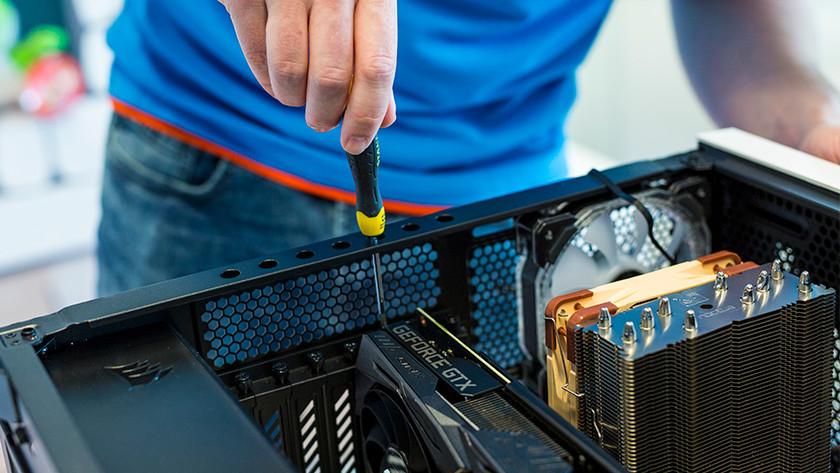 Het inschroeven van een NVIDIA GTX videokaart in de computerkast.