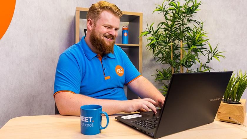 Man werkt op Asus laptop.