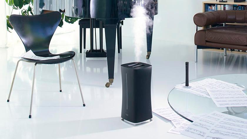 Luchtbevochtiger in woonkamer