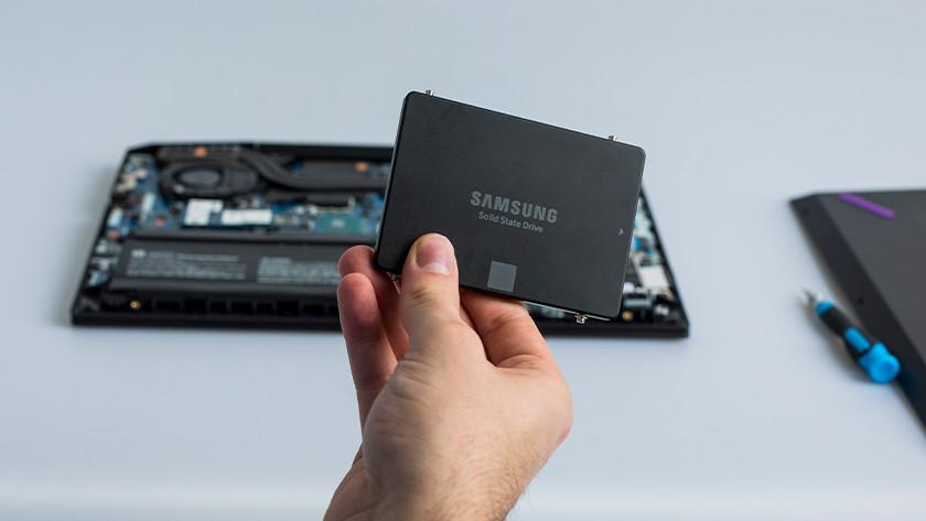 Hand houdt 2,5 inch SSD voor laptop.