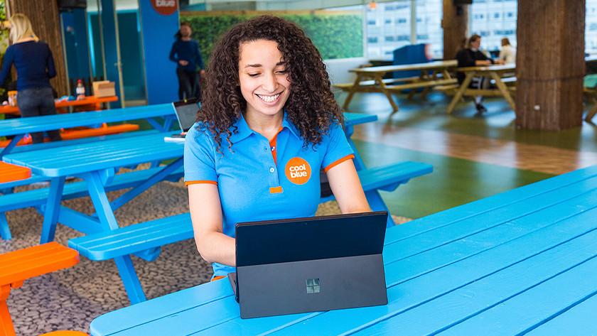 Meisje met laptop.
