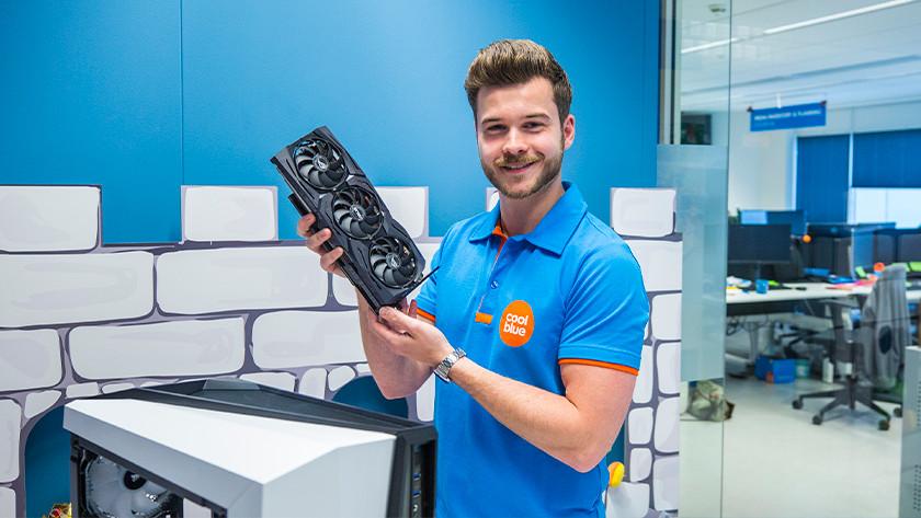 Benodigde hardware, man met videokaart in hand