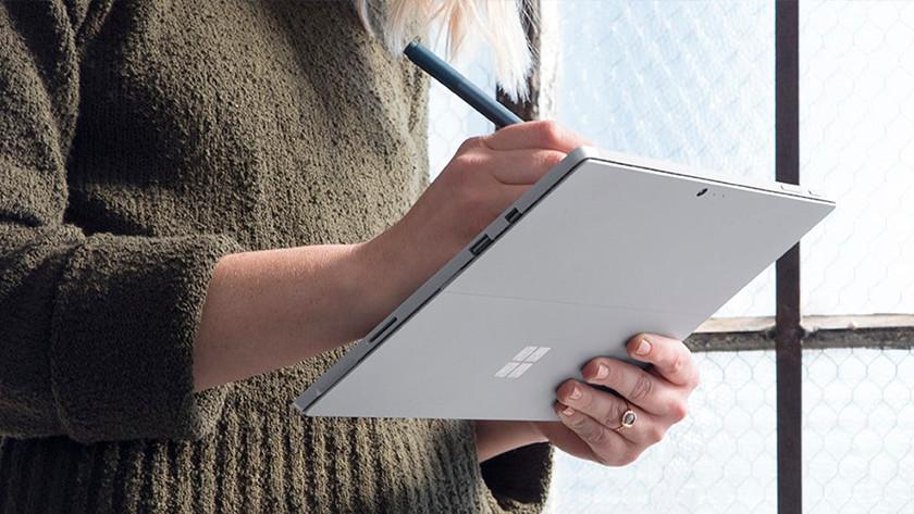 Aantekeningen maken op een Surface go laptop door middel van een stylus pen op het touchscreen.