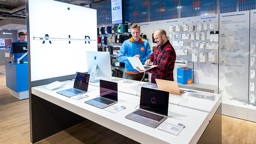Customer receives laptop advice from expert in Coolblue store.