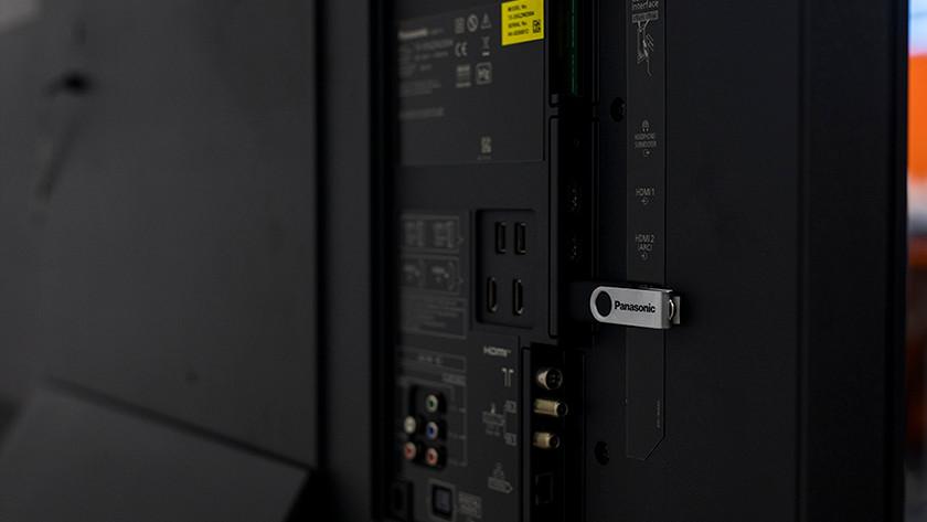 De aansluitingen van de Panasonic TX-GZW2004.