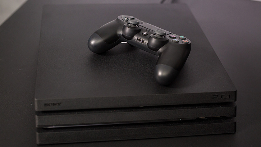 PlayStation 4 console met controller.