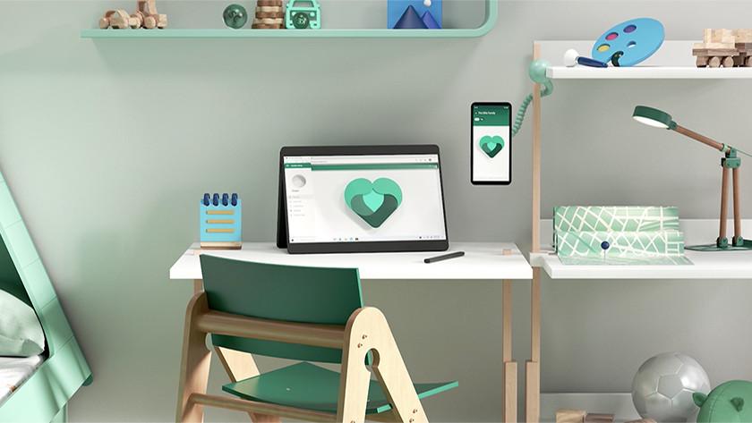 Laptop en telefoon met Microsoft 365.