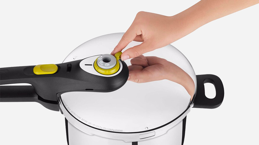 Pressure cooker lid with steam knob