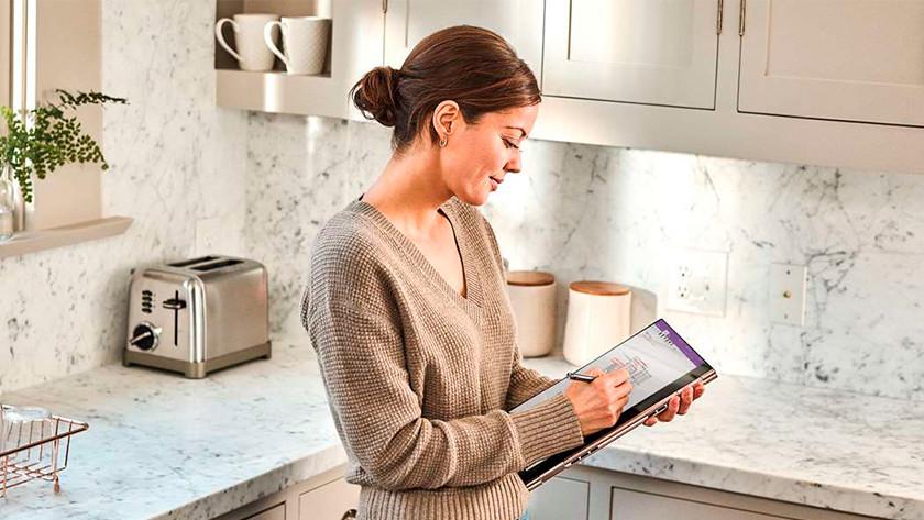 Vrouw tekent met digitale pen op het touchscreen van een tablet