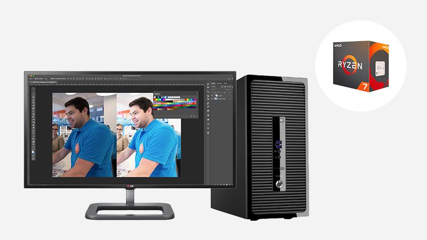 Computer met monitor waarop fotobewerking wordt gedaan.
