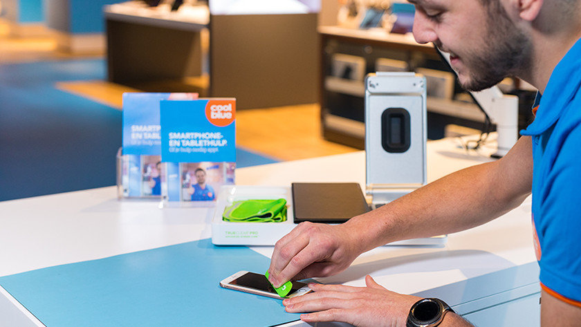 Screenprotector plakken in de winkel
